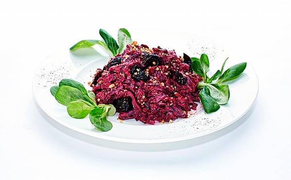 salat-iz-svekly-s-chernoslivom-i-greckim-orekhom