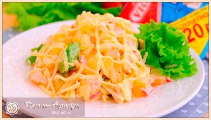 салат-с-крабовыми-палочкfми-и-ананасами