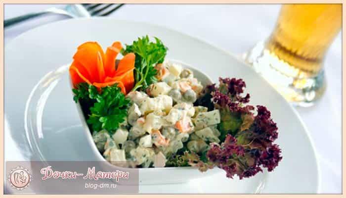 салат-оливье-с-колбасой