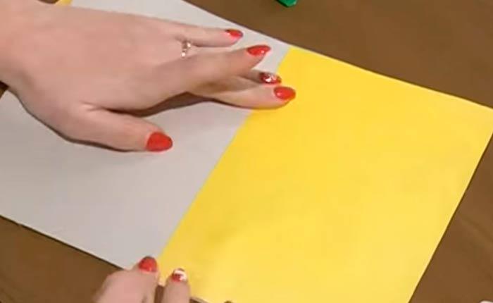 вклеиваем-лист-бумаги-контрастного-цвета