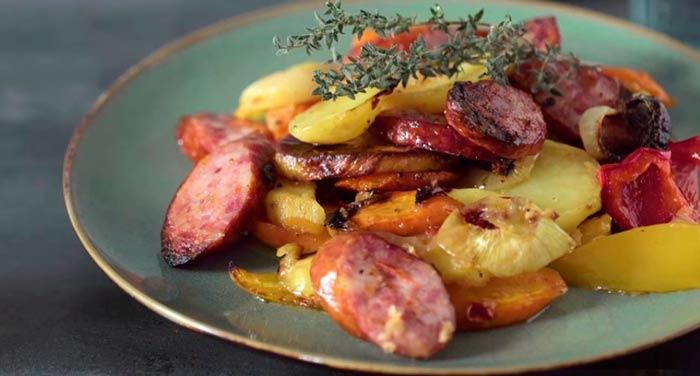запеченный-с-колбасками-картофель