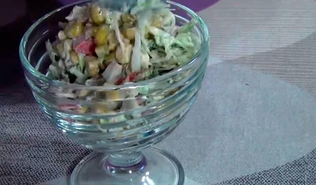 салат-с-крабовыми-палочками-и-кукурузой