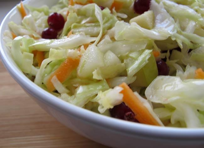 салат-с-яблоками-и-брусникой
