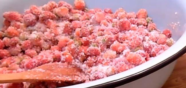 засыпаем-ягоды-сахаром