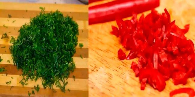 измельчаем-перец-чили-и-укроп
