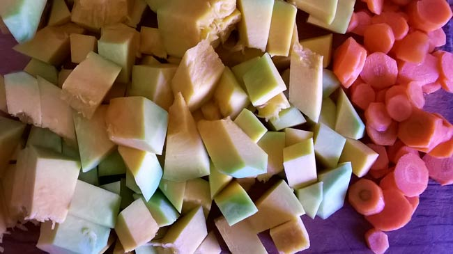 нарезаем-тыкву-и-морковку