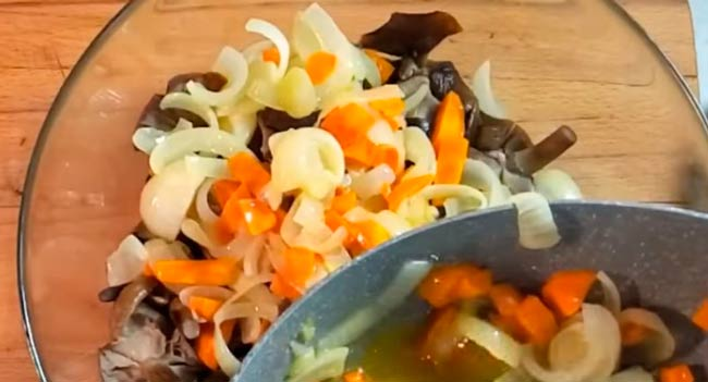 смешать-грибы-с-морковью
