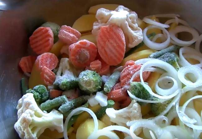 нарезаем-овощи-и-солим