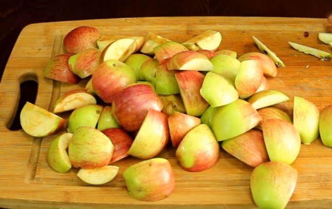 режем-яблоки-на-четвертинки