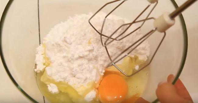 соединяем-масло-сахарную-пудру-и-яйцо