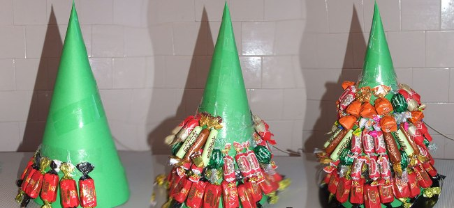зеленая-елка-из-конфет