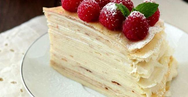 блинный-торт-с-кремом-и-клубникой