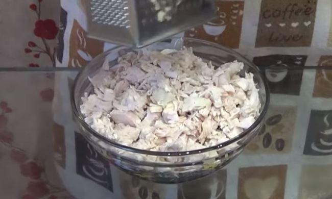 режем-курицу-добавляем-чеснок