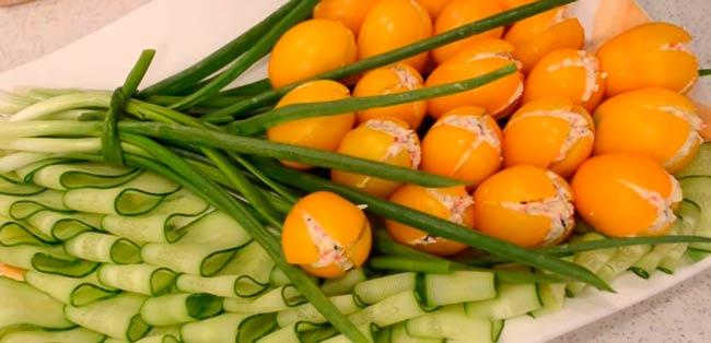 желтые-тюльпаны-из-помидор
