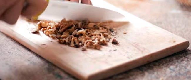 нарезаем-грецкие-орехи