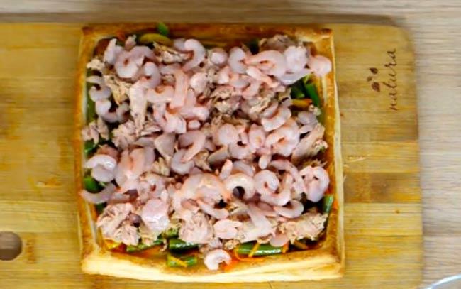 выкладываем-морепродукты-и-овощи