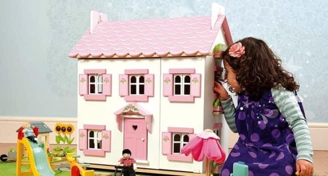девочка-и-кукольный-домик