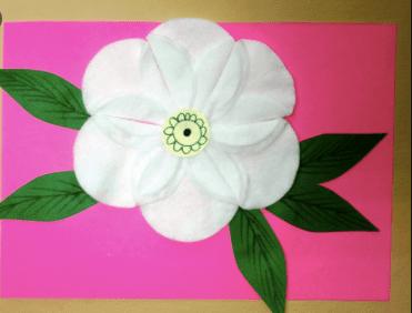 белый цветок с листьями