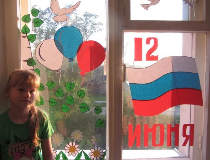 ребенок возле украшенного окна