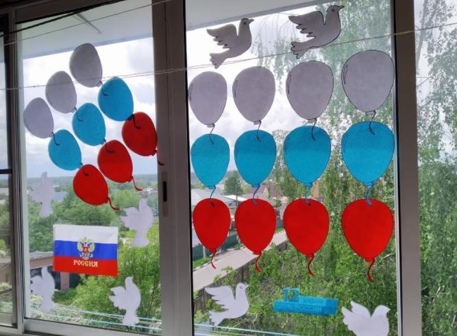 воздушные шары на окнах