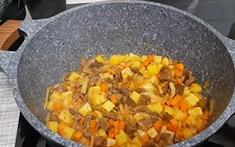 добавляем морковь в казан