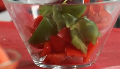 рубим дольками овощи