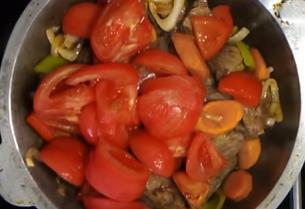 кладем томаты в миску