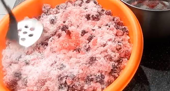 смешиваем-варенье-с-сахаром