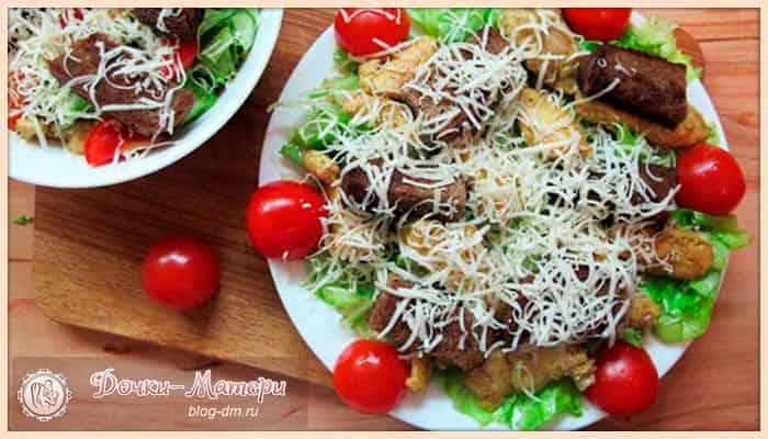салат-цезарь-с-курицей-и-помидорами