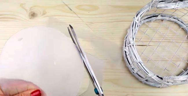 вырезаем-круг-из-пластика