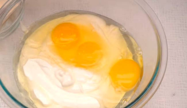 смешиваем-яйца-со-сметаной
