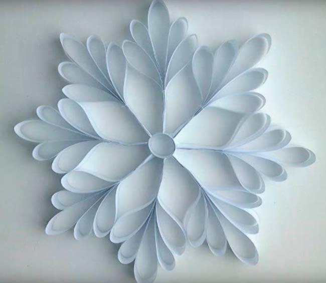 объемная-снежинка-из-лепестков