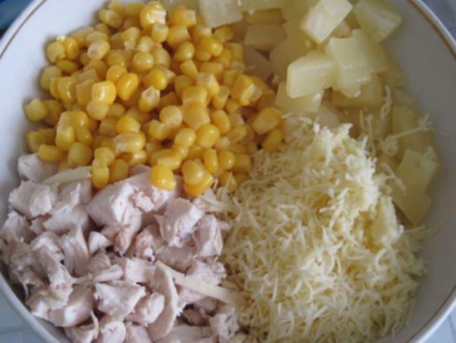 добавляем-кукурузу-и-ананас
