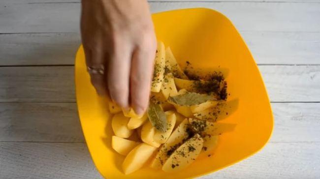мешаем-картофель-с-травами