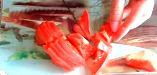 нарезаем-помидоры