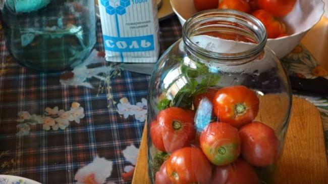 складываем-помидоры-в-банку