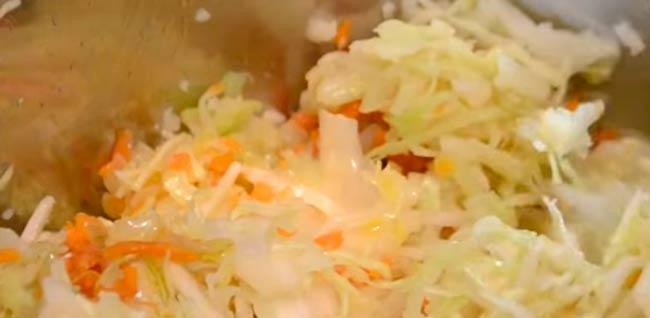 тушим-капусту-с-овощами
