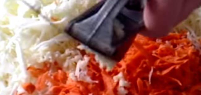 смешиваем-овощи-с-чесноком