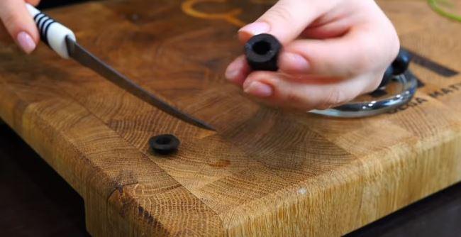 срезаем-целый-хвостик-у-маслин